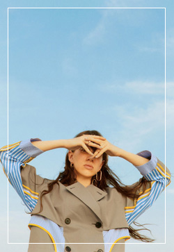 [수입] 폴드스트라이프 트렌치 자켓 30대여성쇼핑몰 결혼식하객패션 하객원피스 수입여성의류 원피스쇼핑몰 연예인원피스